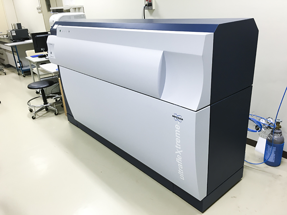 分析機器(飛行時間型タンデム質量分析装置)